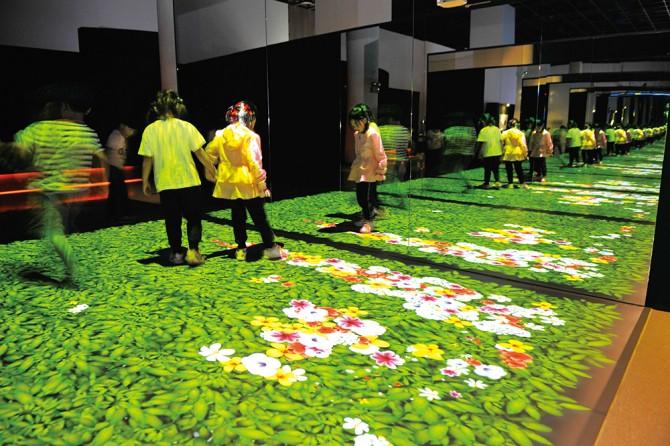 발걸음에 따라 꽃이 피는 디지털가든. 미디어아티스트 양승수 작가가 만들었다. - 현수랑 기자 제공